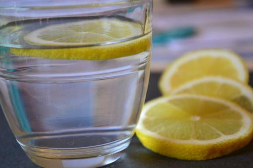 Защо приемът на вода с лимон може да ни навреди и как да избегнем  страничните ефекти?