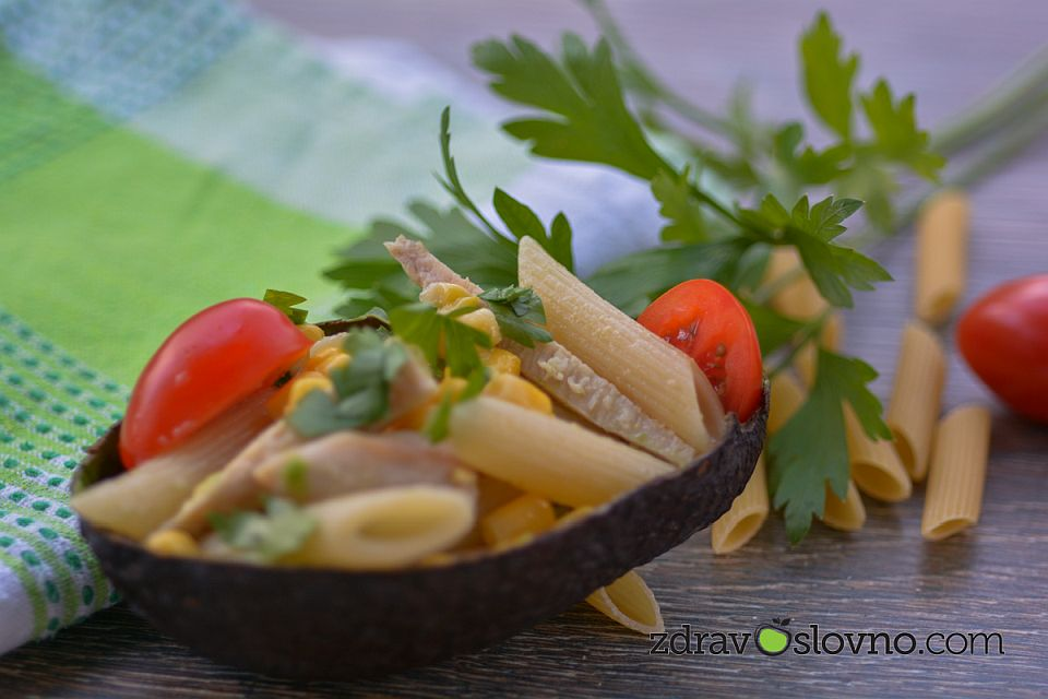 Здравословна салата с макарони, пиле, авокадо, царевица и чери домати
