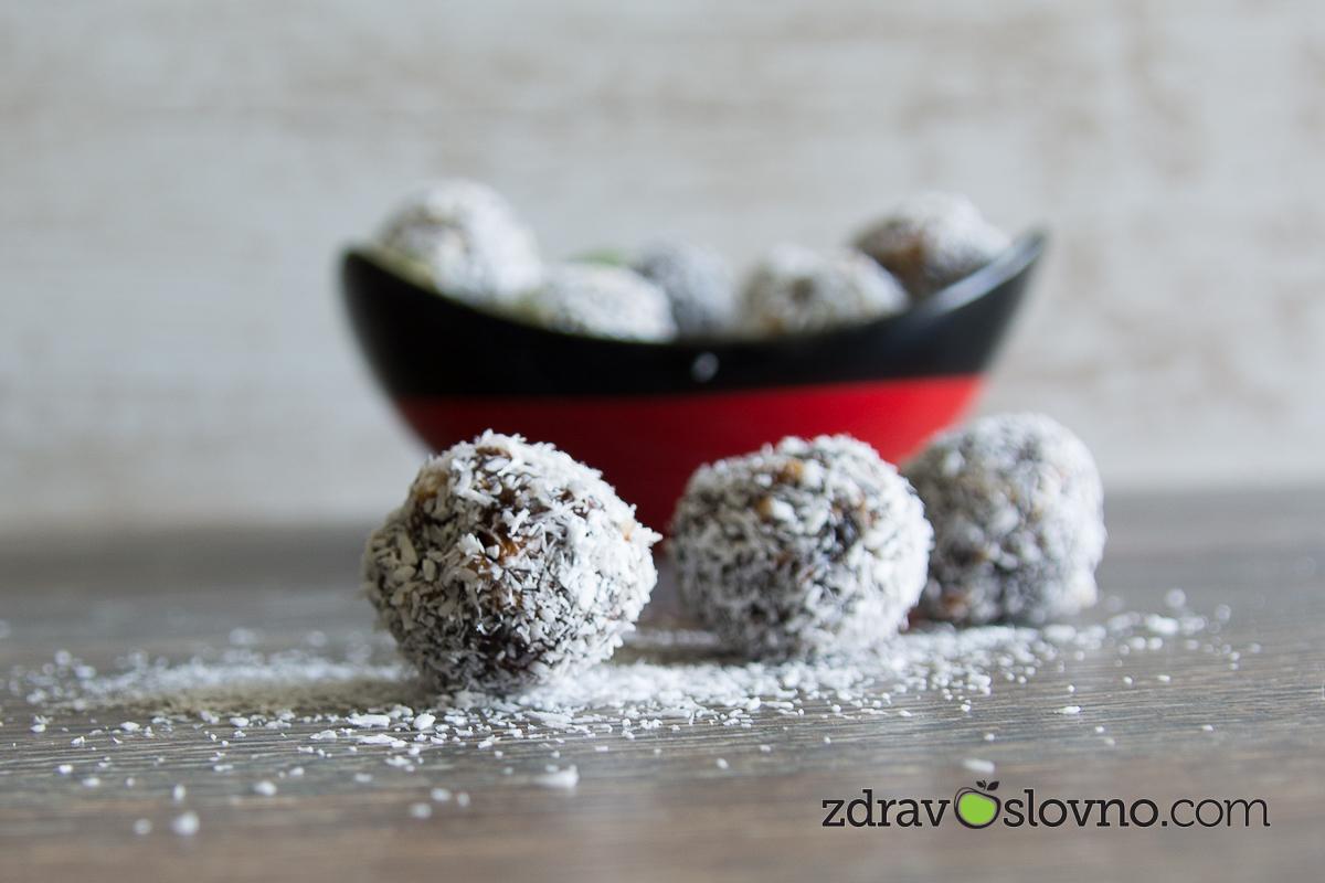 Рецепта за бонбони с паста от фурми, ядки и кокосови стърготини