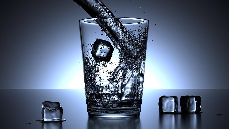 Ползите от водата и как тя ни помага да отслабнем